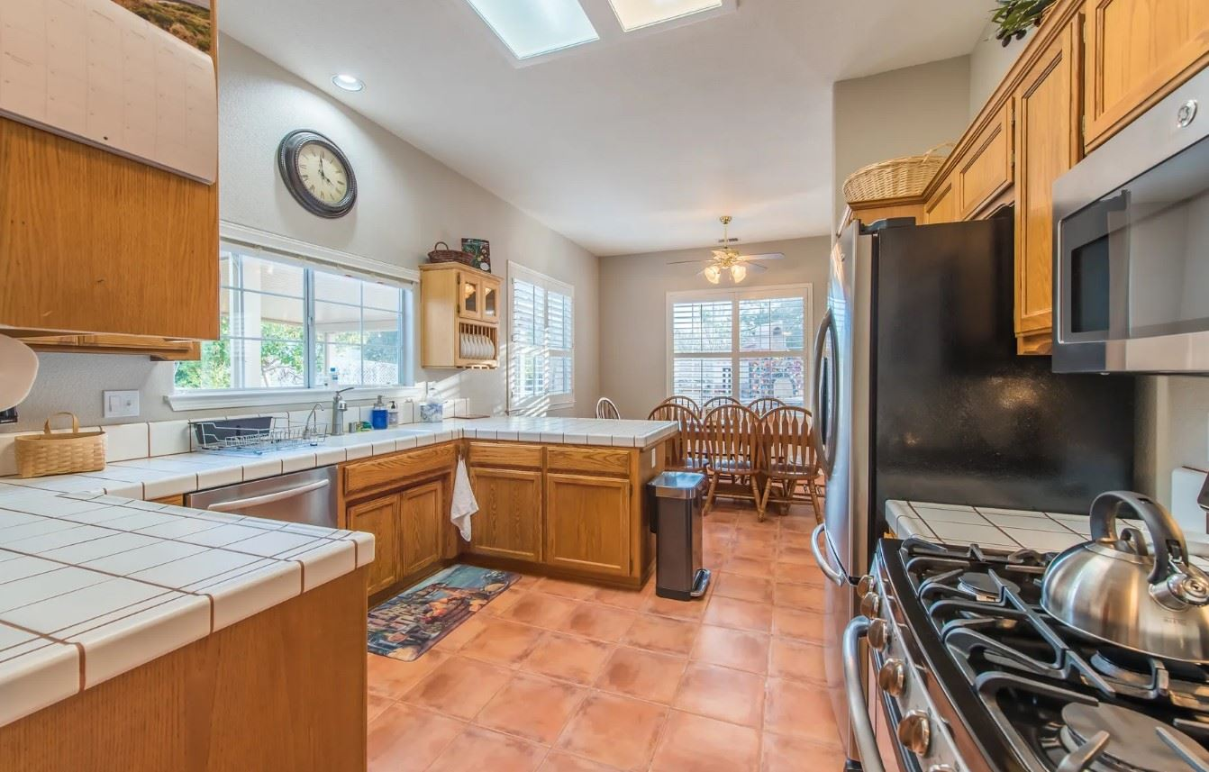 Entertainer's Heaven - Kitchen with large counterspace and dining area