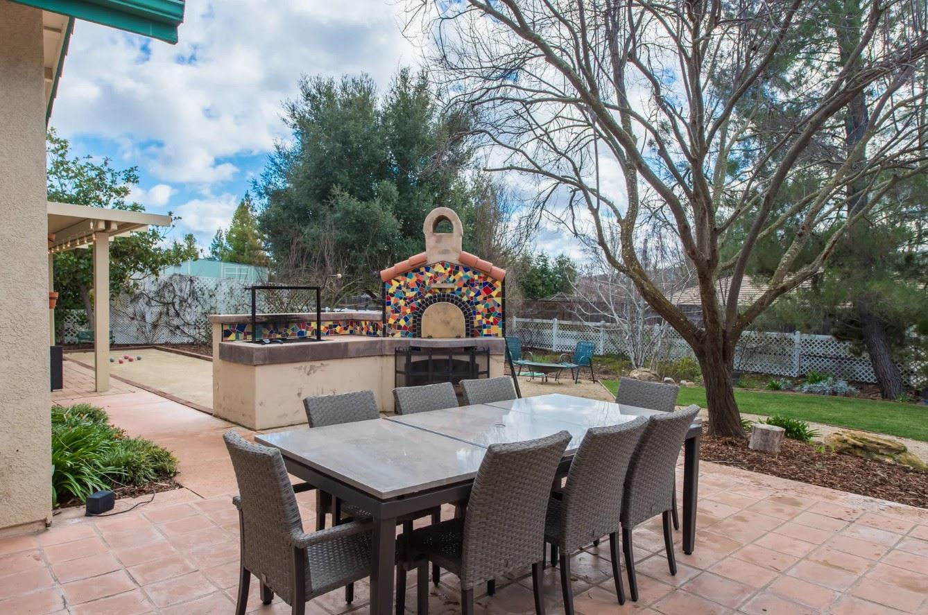 Entertainer's Heaven - Outdoor Dining Area and Pizza Oven