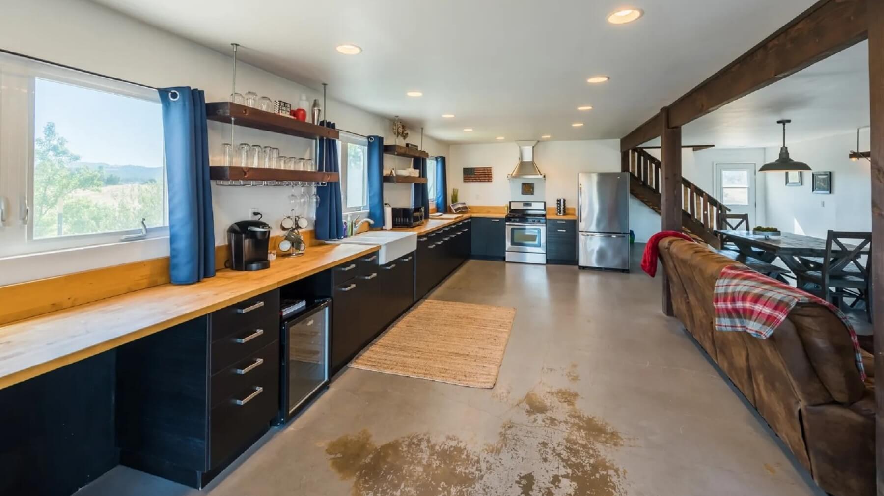 Rancho Da Hamilton - Kitchen and Dining Area