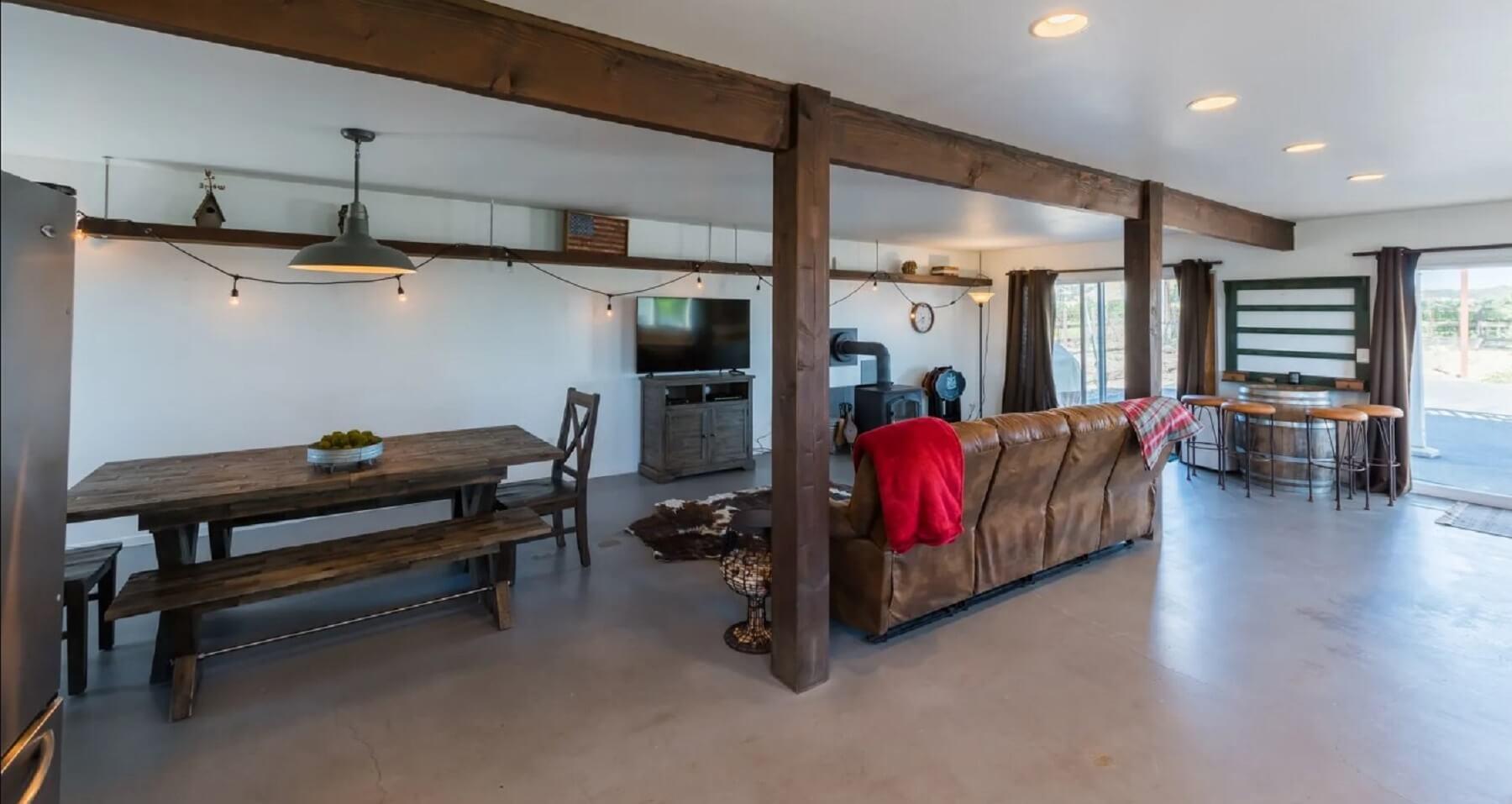 Rancho Da Hamilton - Living and Dining Area