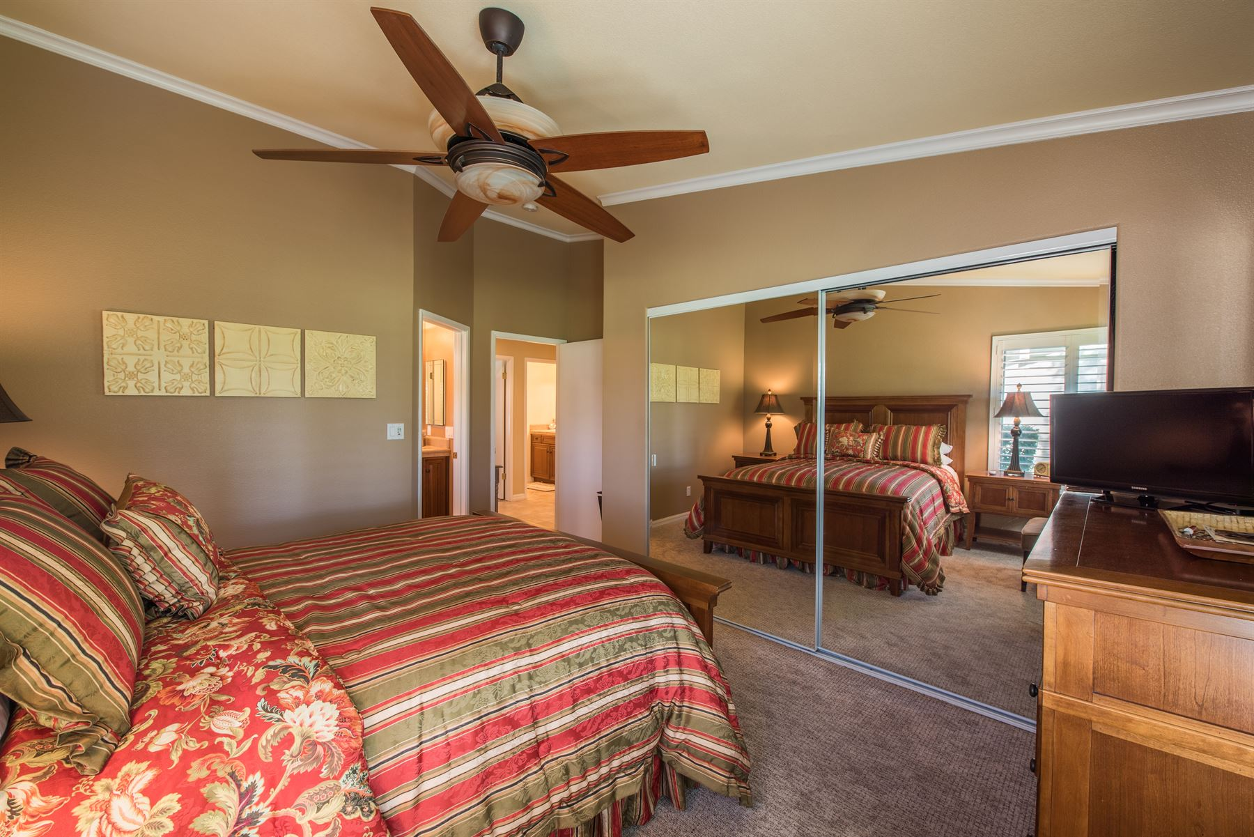 Golfer's Getaway - Interior - Bedroom with sliding mirror and ceiling fan