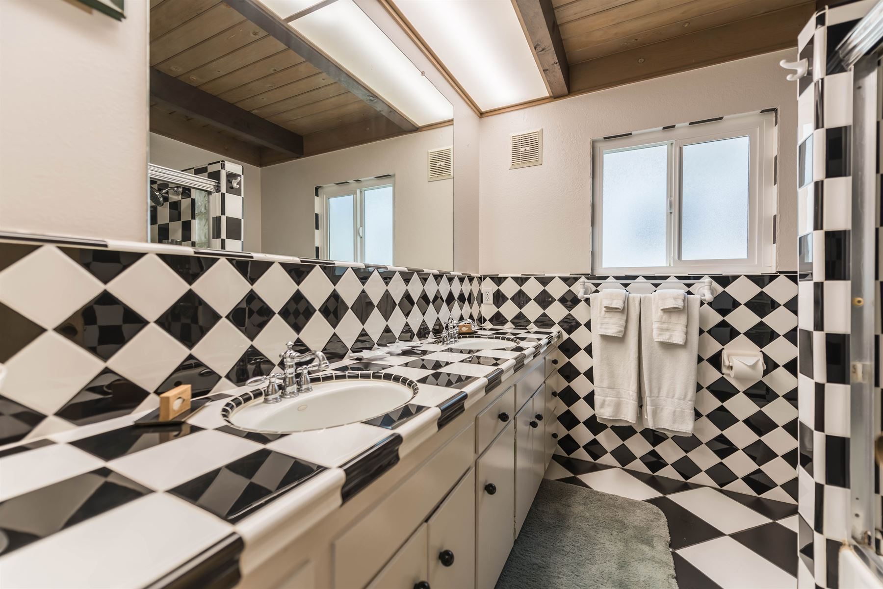 Oceanview Hideaway - Interior - Bathroom with almost entirely checkboard surfaces
